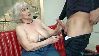 Chubby mature blonde grumble Norma is actually good at riding fat cock